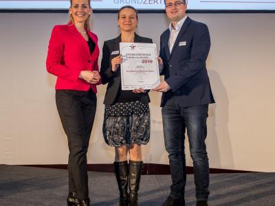 Bundesministerin Christine Aschbacher überreicht staatliches Gütezeichen an Fleck Elektroinstallationen GmbH