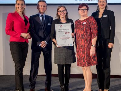 Bundesministerin Christine Aschbacher überreicht staatliches Gütezeichen an Frauscher Sensortechnik GmbH