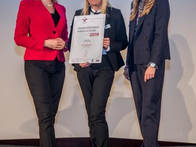 Bundesministerin Christine Aschbacher überreicht staatliches Gütezeichen an Hirsch Servo AG