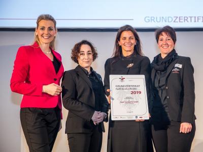 Bundesministerin Christine Aschbacher überreicht staatliches Gütezeichen an Hotel Sandwirth GmbH