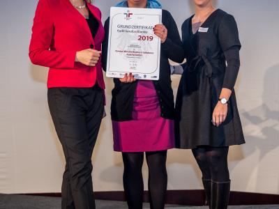 Bundesministerin Christine Aschbacher überreicht staatliches Gütezeichen an Konica Minolta Business Solutions Austria GmbH