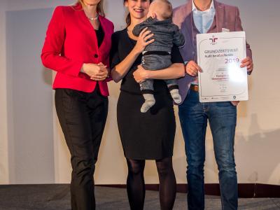 Bundesministerin Christine Aschbacher überreicht staatliches Gütezeichen an Krassgrün.at Werbeagentur GmbH
