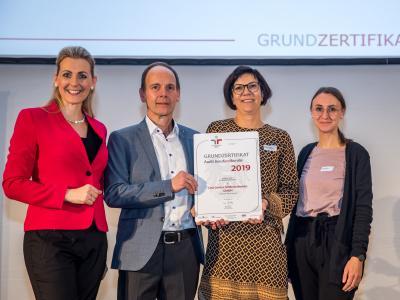Bundesministerin Christine Aschbacher überreicht staatliches Gütezeichen an Linz Center of Mechatronics GmbH