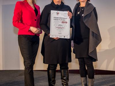 Bundesministerin Christine Aschbacher überreicht staatliches Gütezeichen an neuplusherz gmbh