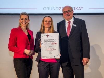 Bundesministerin Christine Aschbacher überreicht staatliches Gütezeichen an Oberösterreichische Gesundheitsholding GmbH
