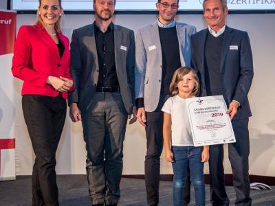 Bundesministerin Christine Aschbacher überreicht staatliches Gütezeichen an Ottakringer Getränke AG, gemeinsam mit der Ottakringer Brauerei GmbH und Ottakringer Betriebe- und DienstleistungsgmH