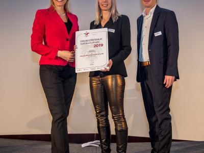 Bundesministerin Christine Aschbacher überreicht staatliches Gütezeichen an Pacovis Österreich GmbH & Co KG