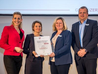 Bundesministerin Christine Aschbacher überreicht staatliches Gütezeichen an Raiffeisenbank Region St. Pölten eGen