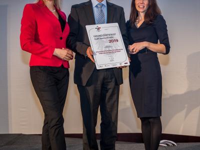 Bundesministerin Christine Aschbacher überreicht staatliches Gütezeichen an Schurian & Gritschacher Steuerberatung Unternehmensberatung GmbH