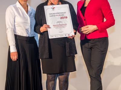 Bundesministerin Christine Aschbacher überreicht staatliches Gütezeichen an Stadtwerke Klagenfurt AG (Energie Klagenfurt GmbH, KMG Klagenfurt Mobil GmbH, BKG Bestattung Kärnten GmbH, PSG Poster Service GmbH)