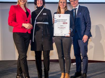 Bundesministerin Christine Aschbacher überreicht staatliches Gütezeichen an VALNEVA Austria GmbH