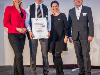 Bundesministerin Christine Aschbacher überreicht staatliches Gütezeichen an Weissenseer Holz System Bau GmbH