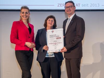 Bundesministerin Christine Aschbacher überreicht staatliches Gütezeichen an Niederösterreichische Versicherung AG