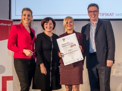 Bundesministerin Christine Aschbacher überreicht staatliches Gütezeichen an Raiffeisen Informatik GmbH & Co KG