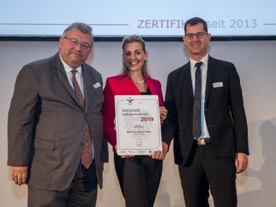Bundesministerin Christine Aschbacher überreicht staatliches Gütezeichen an Raiffeisen-Leasing GmbH