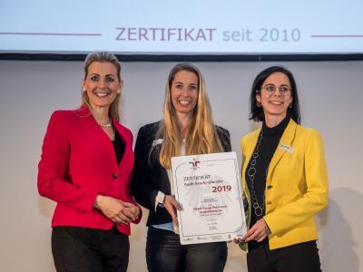 Bundesministerin Christine Aschbacher überreicht staatliches Gütezeichen an REWE Group Österreich Zentralbereiche