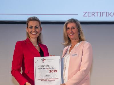 Bundesministerin Christine Aschbacher überreicht staatliches Gütezeichen an Ruetz Sport und Modehandel GmbH INTERSPORT PREGENZER
