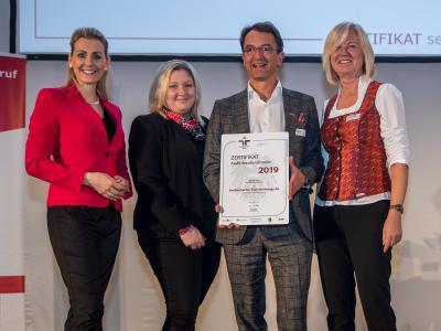 Bundesministerin Christine Aschbacher überreicht staatliches Gütezeichen an Saubermacher Dienstleistungs AG