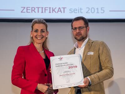 Bundesministerin Christine Aschbacher überreicht staatliches Gütezeichen an Austrian Power Grid AG