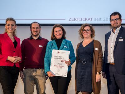 Bundesministerin Christine Aschbacher überreicht staatliches Gütezeichen an Boehringer Ingelheim RCV GmbH & CO KG