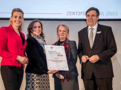 Bundesministerin Christine Aschbacher überreicht staatliches Gütezeichen an Bundesministerium für Digitalisierung und Wirtschaftsstandort