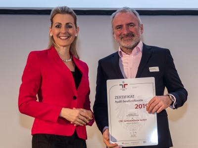 Bundesministerin Christine Aschbacher überreicht staatliches Gütezeichen an CISC Semiconductor GmbH