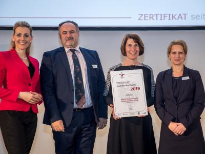 Bundesministerin Christine Aschbacher überreicht staatliches Gütezeichen an DONAU Versicherung AG Vienna Insurance Group