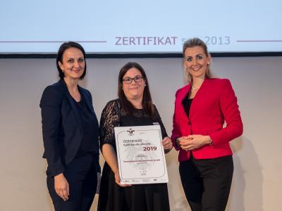 Bundesministerin Christine Aschbacher überreicht staatliches Gütezeichen an Familienbund Oberösterreich GmbH