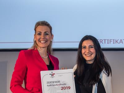 Bundesministerin Christine Aschbacher überreicht staatliches Gütezeichen an Fujitsu Technology Solutions GesmbH