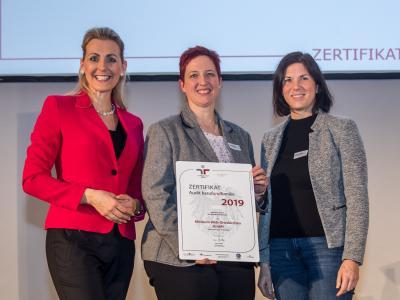 Bundesministerin Christine Aschbacher überreicht staatliches Gütezeichen an Klinikum Wels-Grieskirchen GmbH