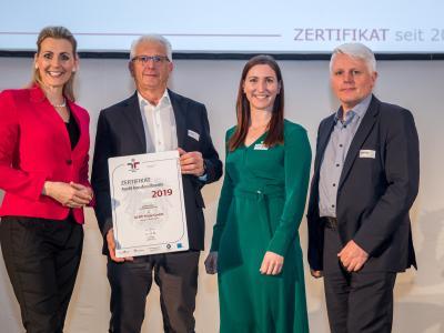 Bundesministerin Christine Aschbacher überreicht staatliches Gütezeichen an KLIPP Frisör GmbH