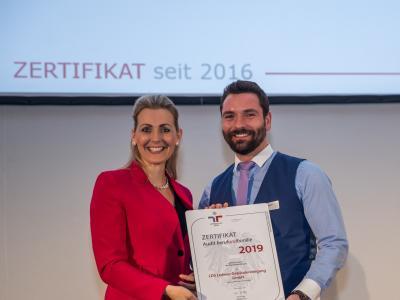 Bundesministerin Christine Aschbacher überreicht staatliches Gütezeichen an LDS Lederer Gebäudereinigung GmbH