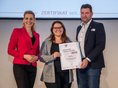 Bundesministerin Christine Aschbacher überreicht staatliches Gütezeichen an Lidl Österreich GmbH
