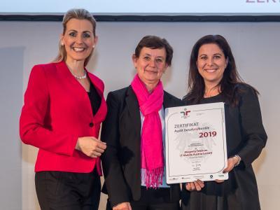 Bundesministerin Christine Aschbacher überreicht staatliches Gütezeichen an Magenta Telekom (T-Mobile Austria GmbH)