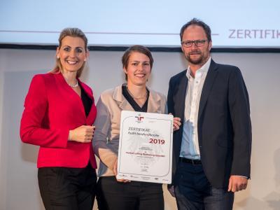 Bundesministerin Christine Aschbacher überreicht staatliches Gütezeichen an market calling Marketing GesmbH
