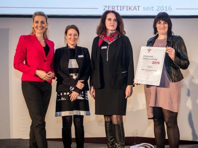 Bundesministerin Christine Aschbacher überreicht staatliches Gütezeichen an Wiener Linien GmbH & Co KG