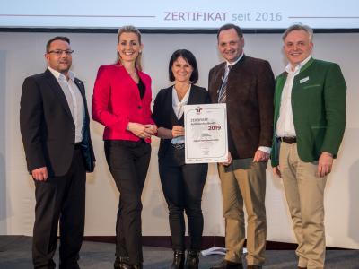 Bundesministerin Christine Aschbacher überreicht staatliches Gütezeichen an Zaltech International GmbH