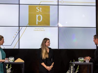 Bundesministerin Mag. (FH) Christine Aschbacher, Lisa Straub (kununu) und Moderator Werner Sejka