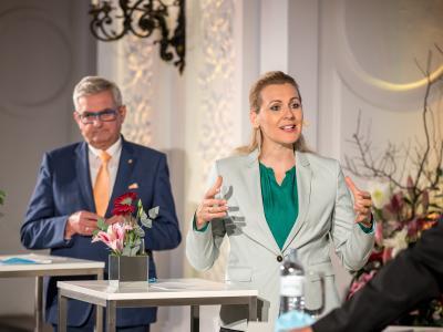 Gemeindebund Präsident Bgm. Mag. Alfred Riedl; Bundesministerin für Arbeit, Familie und Jugend Mag. (FH) Christine Aschbacher © Harald Schlossko