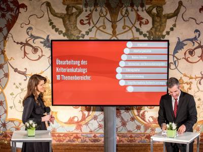 GF Familie & Beruf, Mag. Elisabeth Wenzl und Moderator Werner Sejka © Harald Schlossko