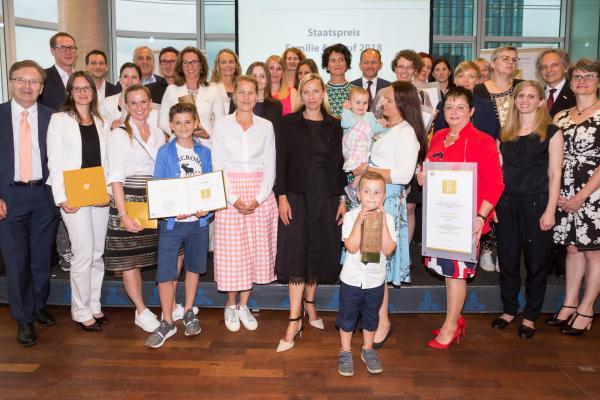 Alle Preisträger/innen mit Bundesministerin Dr. Juliane Bogner-Strauß