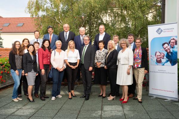 Die Teilnehmer/innen mit Bundesministerin Dr. Juliane Bogner-Strauß und Landesrat Mag. Christopher Drexler