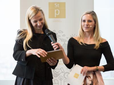 Moderatorin Margit Laufer mit Bundesministerin Juliane Bogner-Strauß