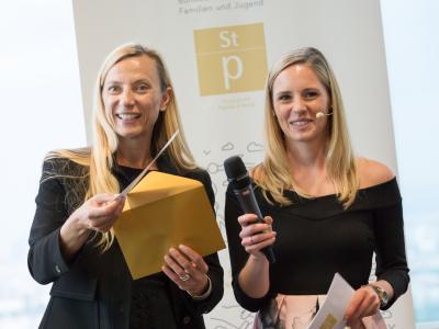 Moderatorin Margit Laufer und Bundesministerin Dr. Juliane Bogner-Strauß