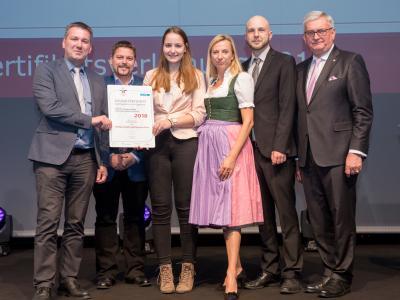 Familienministerin Juliane Bogner-Strauß überreicht das Gütezeichen familienfreundlichegemeinde an die Stadtgemeinde Spittal an der Drau