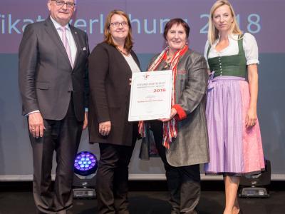 Familienministerin Juliane Bogner-Strauß überreicht das Gütezeichen familienfreundlichegemeinde an die Marktgemeinde Hafnerbach