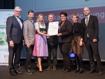 Familienministerin Juliane Bogner-Strauß überreicht das Gütezeichen familienfreundlichegemeinde an die Gemeinde Furth an der Triesting
