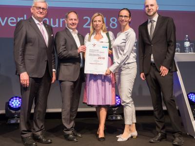 Familienministerin Juliane Bogner-Strauß überreicht das Gütezeichen familienfreundlichegemeinde an die Stadtgemeinde Hollabrunn