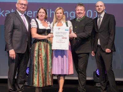 Familienministerin Juliane Bogner-Strauß überreicht das Gütezeichen familienfreundlichegemeinde an die Stadtgemeinde Poysdorf