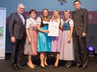 Familienministerin Juliane Bogner-Strauß überreicht das Gütezeichen familienfreundlichegemeinde an die Gemeinde Helfenberg